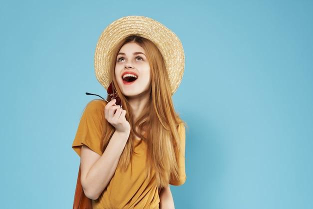 陽気な女性のファッション夏服青い背景