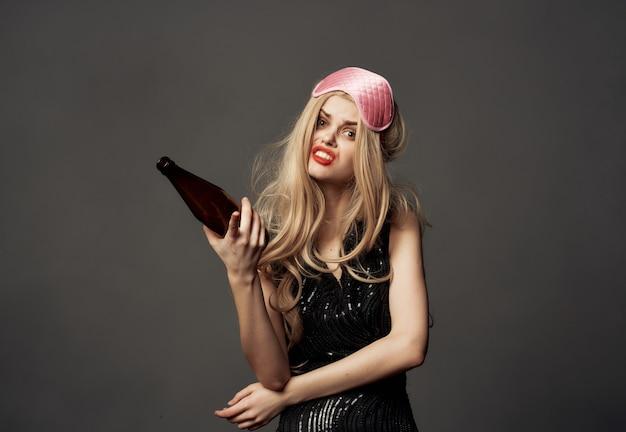 陽気な女性の楽しい感情赤い口紅アルコール暗い背景 Premium写真