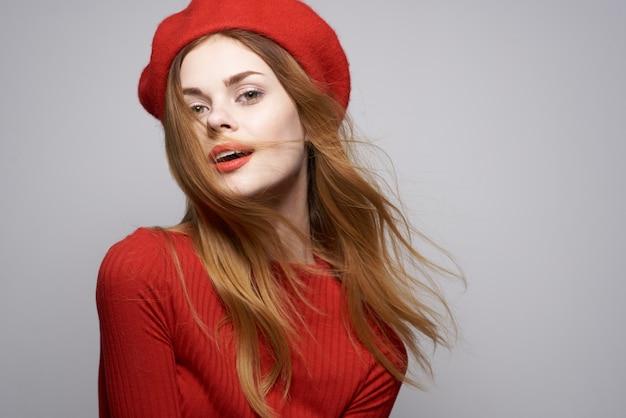 陽気な女性の手のジェスチャーの楽しみ赤い唇の豪華な明るい背景。高品質の写真