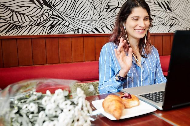 Веселая женщина, имеющая онлайн-урок