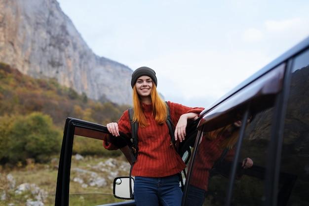 쾌활 한 여자 등산객 자연 산 여행 자동차