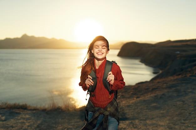バックパック屋外の自由旅行休暇で陽気な女性ハイカー