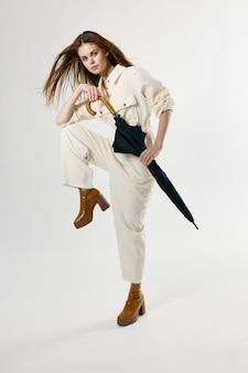 우산 흰색 정장 패션 갈색 신발을 들고 쾌활 한 여자. 고품질 사진