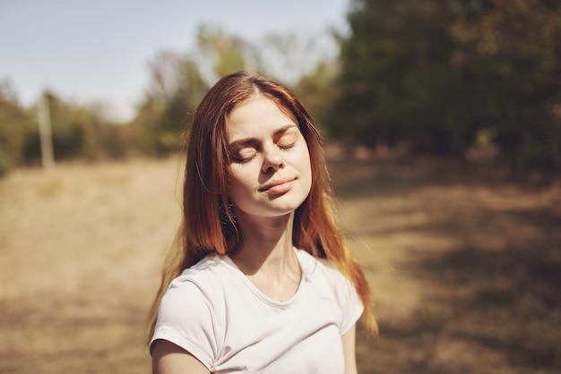 Веселая женщина, держащая цветы природа лето образа жизни. фото высокого качества