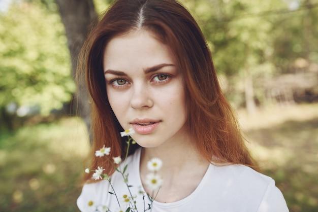 Веселая женщина, держащая цветы, солнце, свобода, путешествие