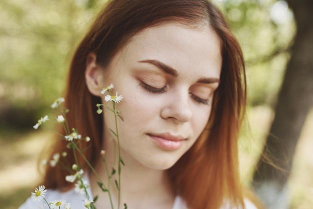 花を持っている陽気な女性太陽の自由の旅