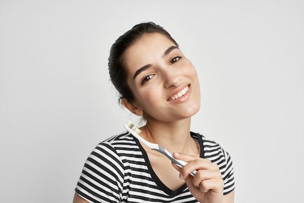 陽気な女性の衛生歯のクリーニングケア健康孤立した背景