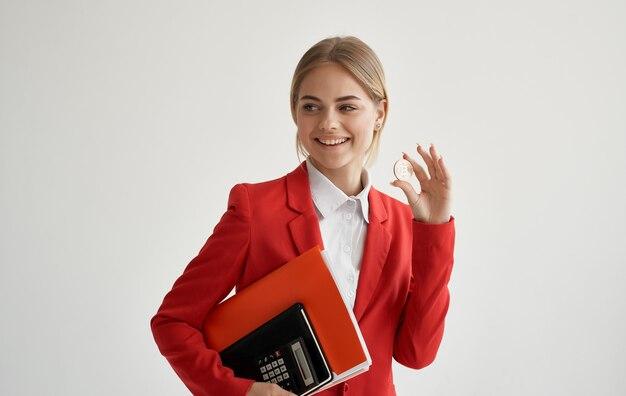 赤いジャケットマネージャーの陽気な女性は、暗号通貨ビットコインインターネットマネーを融資します。