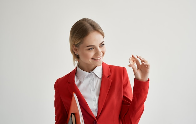 赤いジャケットマネージャーの陽気な女性は、暗号通貨ビットコインインターネットマネーを融資します