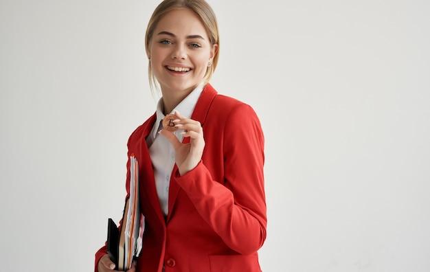 赤いジャケットマネージャーの陽気な女性は暗号通貨を融資します