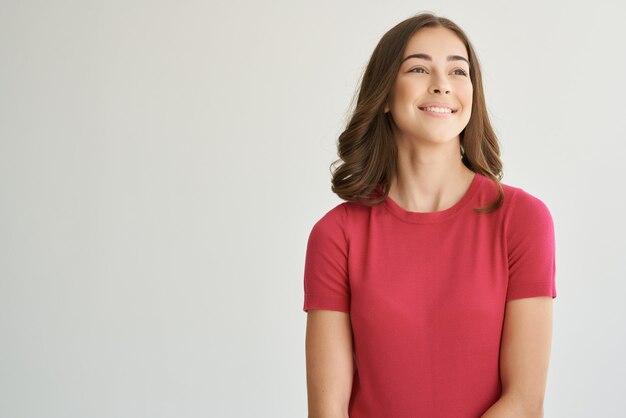 빨간 tshirt 헤어 케어 고립 된 배경에 쾌활 한 여자