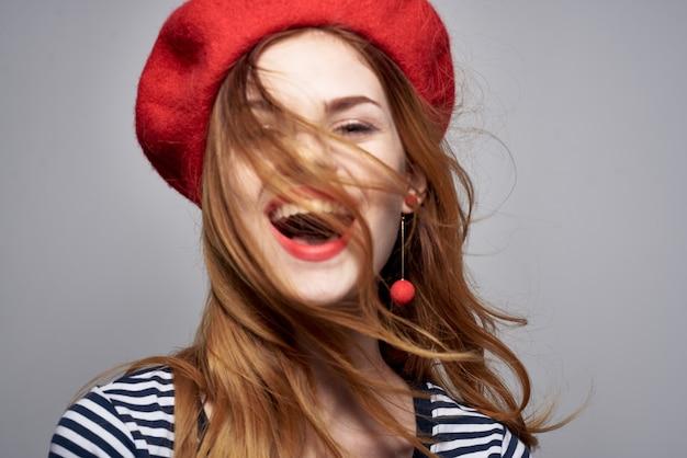 그의 손 생활 방식으로 줄무늬 tshirt 빨간 입술 제스처에 쾌활 한 여자