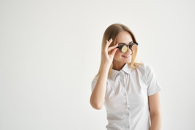 手に分離された背景のフォルダーを持つ白いシャツの陽気な女性