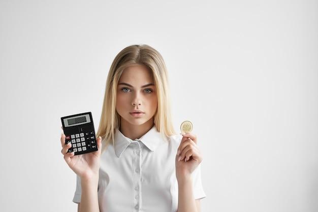 밝은 배경에 폴더가 있는 흰색 셔츠를 입은 쾌활한 여성. 고품질 사진