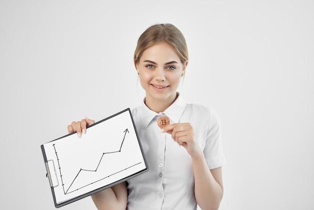 手技術のフォルダーと白いシャツを着た陽気な女性