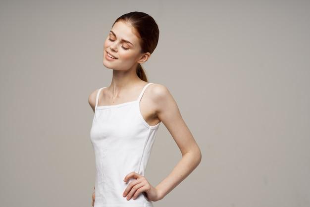 흰색 티셔츠 워밍업 관절에 쾌활한 여자