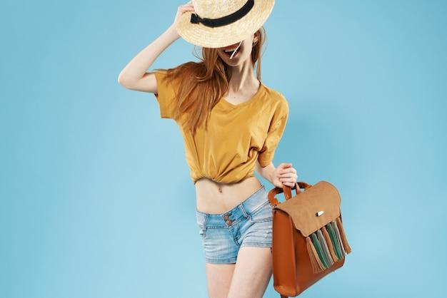 Веселая женщина в шляпе рюкзак моды обрезанный вид