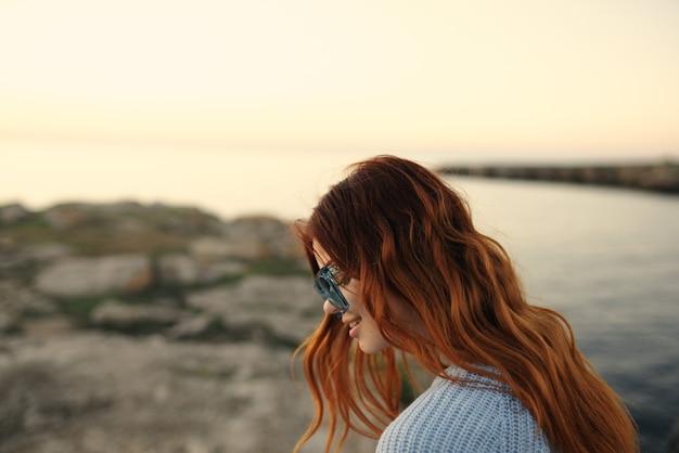 メガネの陽気な女性の屋外旅行楽しみ休暇