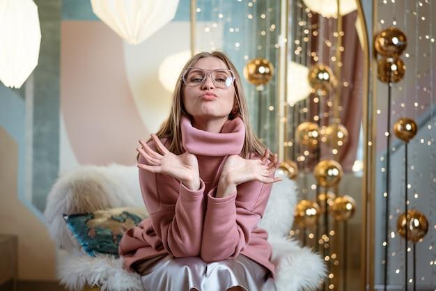 스튜디오에서 포즈를 취하는 안경에 쾌활 한 여자
