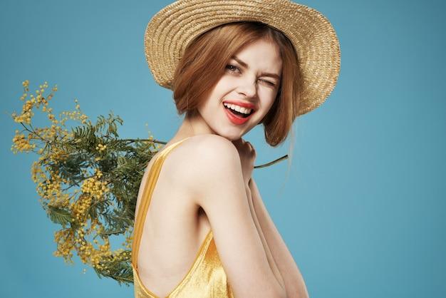 모자 황금 드레스 라이프 스타일 블루 벽에 쾌활 한 여자.