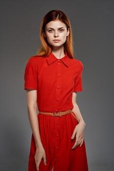 빨간 드레스 스튜디오 우아한 스타일의 쾌활한 여자