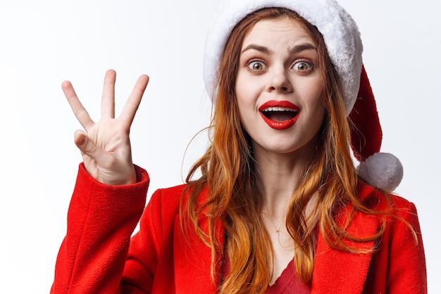 サンタの衣装の感情のクローズアップファッション装飾で陽気な女性