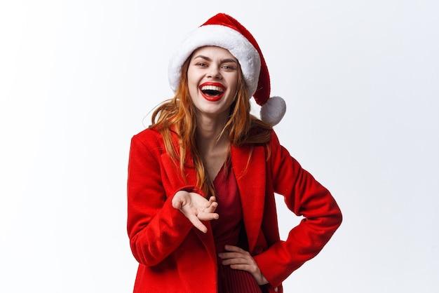 サンタの衣装の感情のクローズアップファッション装飾の陽気な女性
