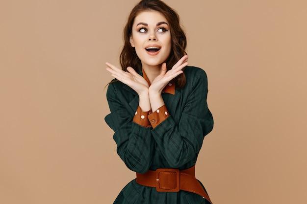 Веселая женщина в костюме эмоции гламур косметика мода изолированные