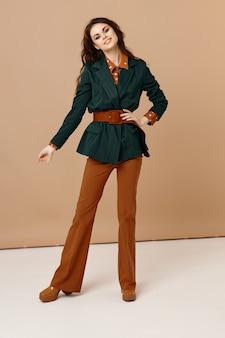 Веселая женщина в костюме мода роскошь полный рост