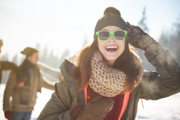 Веселая женщина в теплой одежде