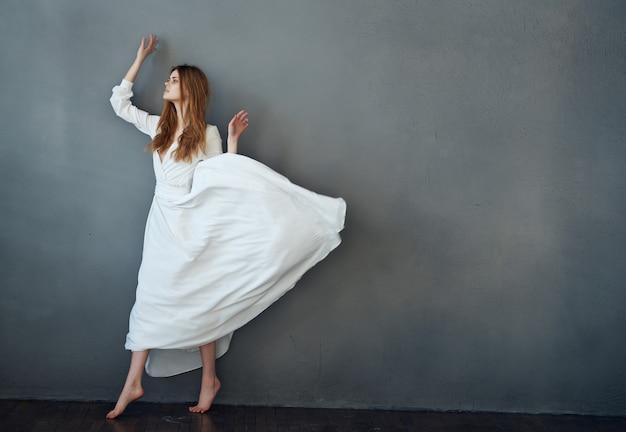 흰 드레스 댄스 엔터테인먼트 우아한 스타일의 어두운 배경에 쾌활한 여자
