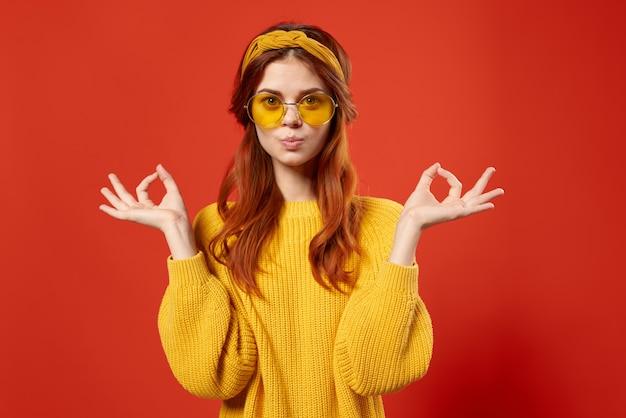彼女の頭に包帯を巻いた黄色いメガネの陽気な女性modaスタジオの感情