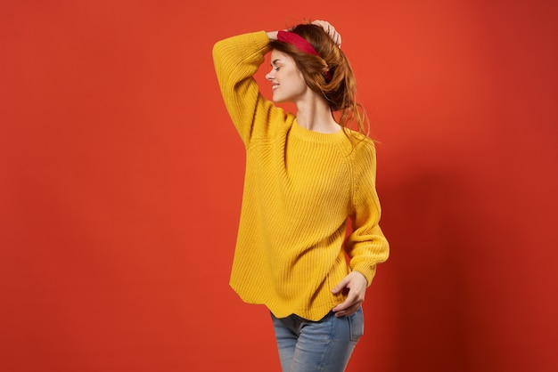 노란색 스웨터 스튜디오 패션 장식의 쾌활한 여자