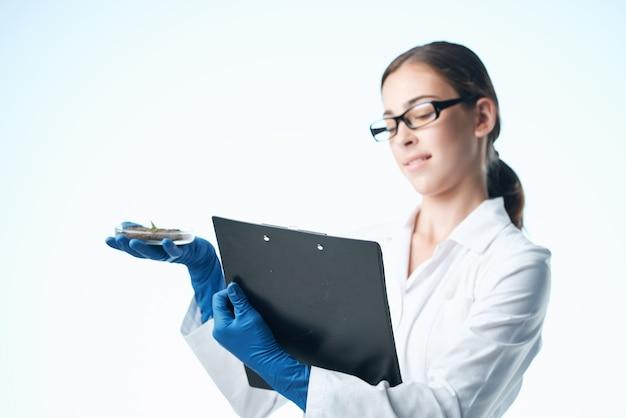 陽気な女性の実験助手が土壌研究生物学を文書化