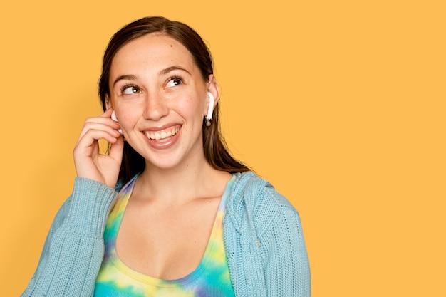 이어폰을 통해 음악을 듣고 쾌활한 여자