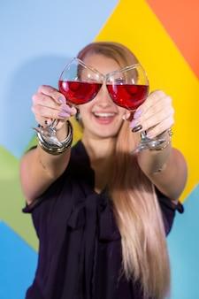 레드 와인 한 잔을 통해 보이는 쾌활 한 여자