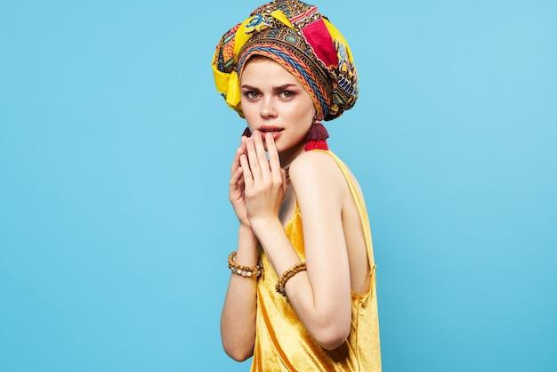 Веселая женщина разноцветная шаль этническая принадлежность украшения в африканском стиле студийная модель