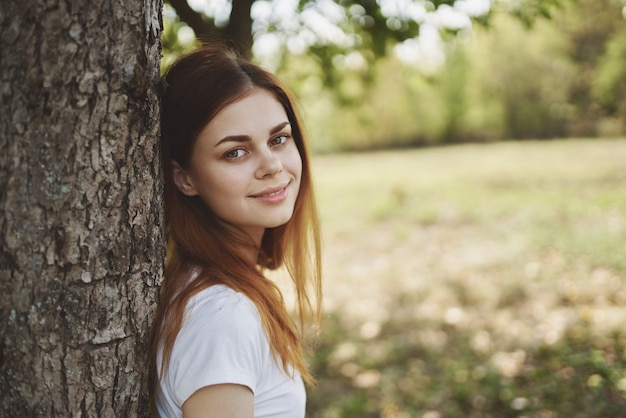 나무 자연 근처 명랑 한 여자 태양 자유 여행입니다. 고품질 사진