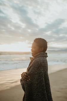 추운 여름 밤 해변에서 쾌활한 여자