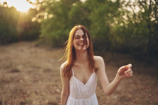 フィールドの自由なライフスタイルで屋外の陽気な女性