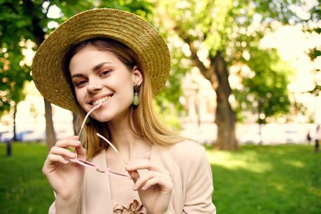 公園の散歩夏のファッションで屋外で陽気な女性