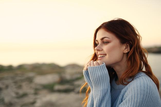 쾌활 한 여자 야외 풍경 산 자유