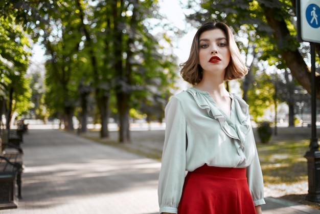 陽気な女性屋外散歩グラマーポーズライフスタイル