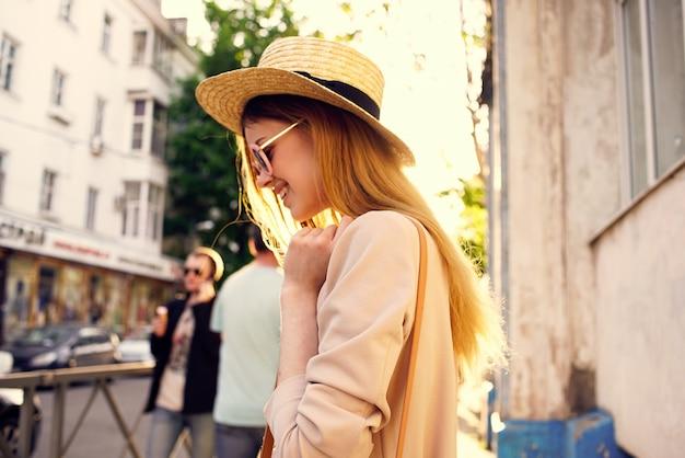 屋外で街を歩いている陽気な女性が屋外旅行。