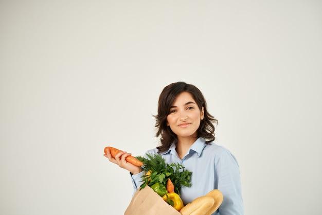 식료품 야채 배달 슈퍼마켓이 있는 쾌활한 여성 패키지