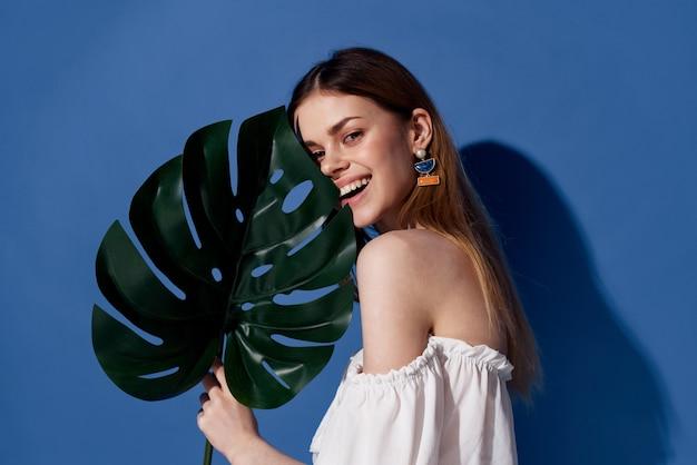 Жизнерадостная женщина пальмовых листьев летом очарование экзотический путешественник осенний фон.