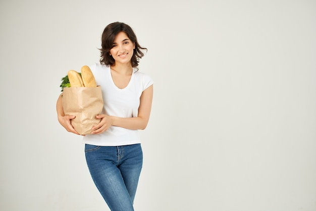 식료품 야채 배달의 쾌활한 여자 종이 봉지
