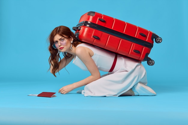 쾌활 한 여자 승객 수하물 공항 비행 파란색 배경