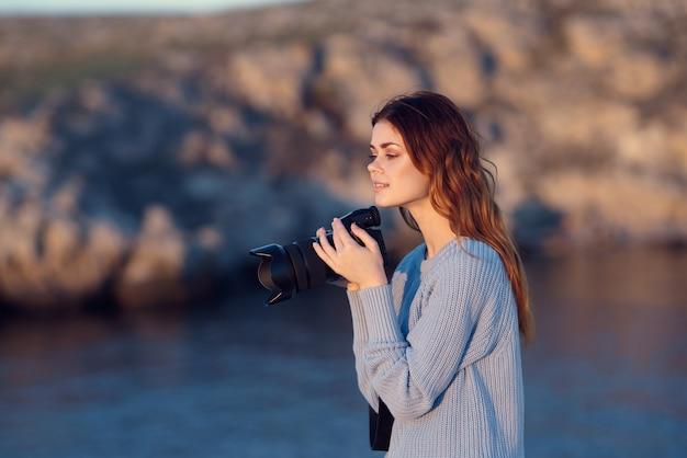 美しい風景を持つ陽気な女性写真家