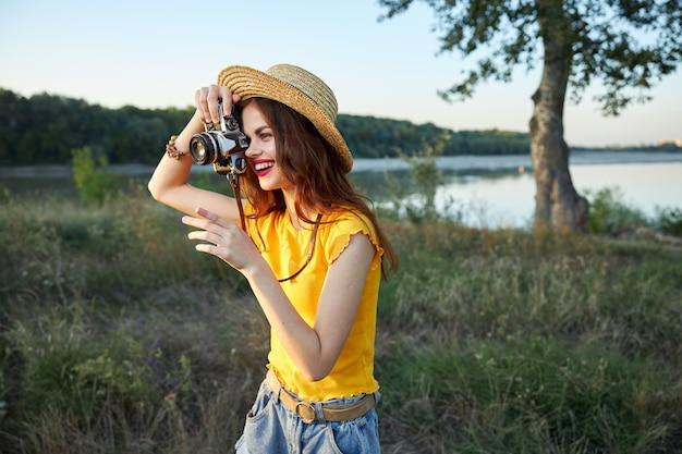 Веселая женщина фотографирует природу